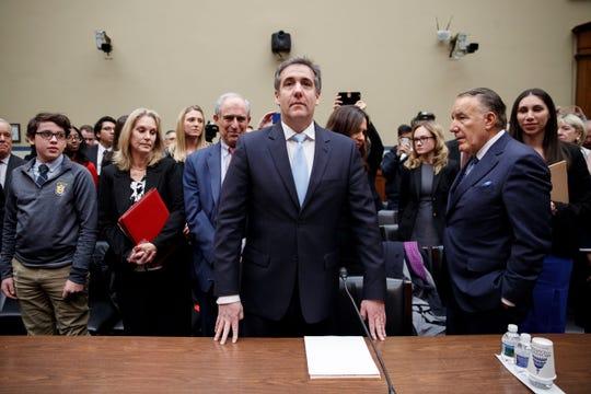 El ex abogado de Trump, Michael Cohen (c), testifica ante el Comité de Supervisión y Reforma de la Cámara de Representantes.