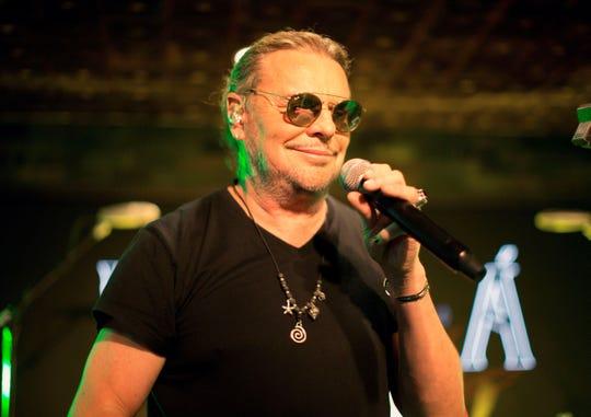"""El cantante Fernando Olvera del grupo Maná se presenta durante un concierto de presentación de su gira """"Rayando el sol"""", este martes, en Beverly Hills, California."""