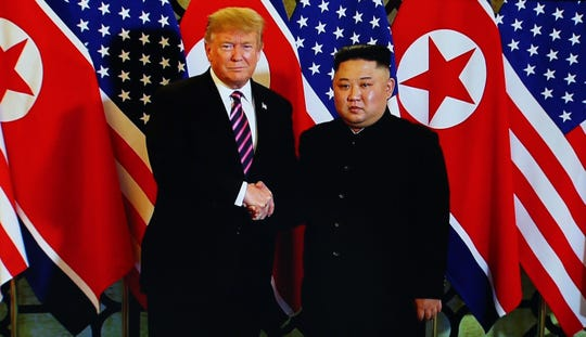 Donald Trump estrecha la mano con el mandatario de Korea del Norte, Kim Jong Un.