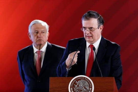El canciller de México, Marcelo Ebrard (d), junto al presidente de México, Andrés Manuel López Obrador (i), habla en rueda de prensa este jueves, en el Palacio Nacional de Ciudad de México (México).