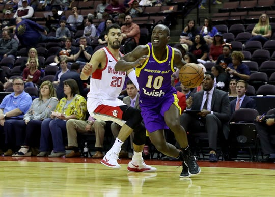 Andre Ingram of the South Bay Lakers passes the ball during the game against the Memphis Hustle.