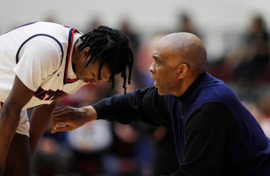 Detroit Mercy coach Mike Davis talks to his son, Antoine, during a game last season at Calihan Hall.