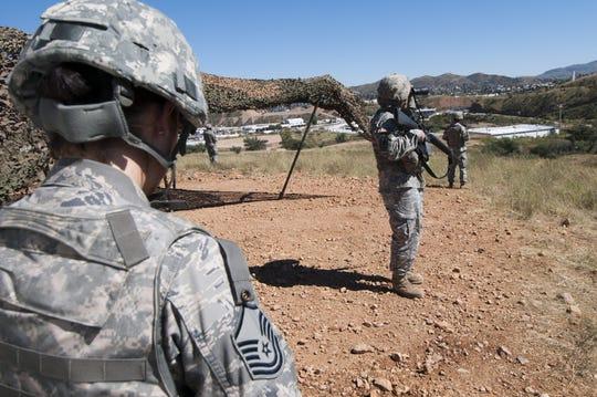 Soldados de la Guardia Nacional estadounidense patrullan una zona desértica a una milla de la ciudad fronteriza de Nogales, Arizona.