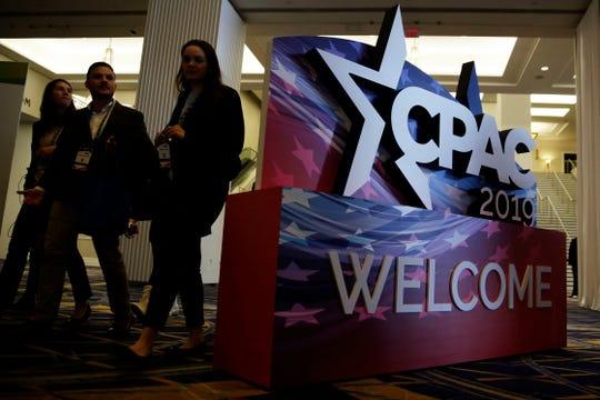 Un letrero da la bienvenida a la gente en la conferencia CPAC 2019.