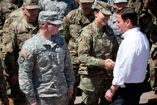 El gobernador Doug Ducey felicita a la Guardia Nacional.