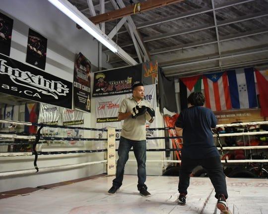 Como copropietario de Rock Boxing, José Celaya pasa allí varias horas al día ayudando a entrenar a boxeadores de todos los niveles de experiencia.
