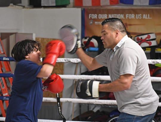 El fundador de Rock Boxing, Danny Corona, disfruta tener a Celaya en el gimnasio, ya que con frecuencia los chicos prestan atención a los consejos del excampeón de la NABO.