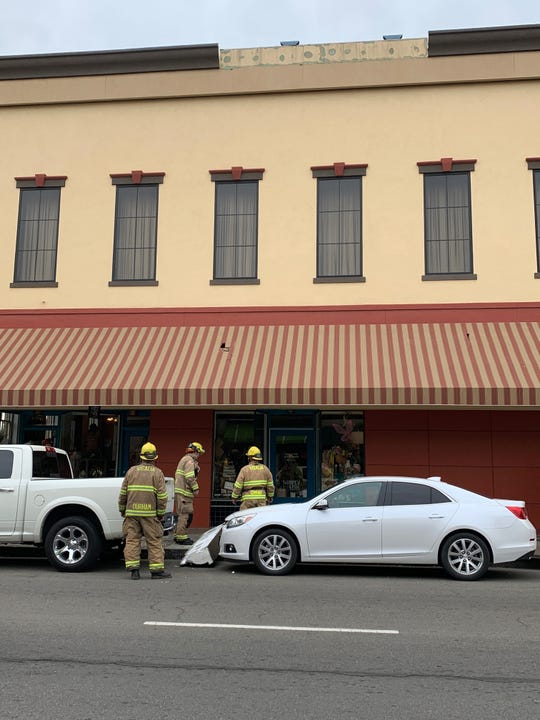 A portion of a downtown Visalia's building's roof fell to the ground. Firefighters are on scene to ensure more of the roof doesn't collapse.