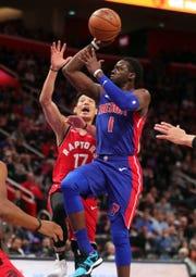 Reggie Jackson scores past Raptors guard Jeremy Lin during the first quarter Sunday at LCA.