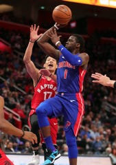 Reggie Jackson scores past Raptors guard Jeremy Lin during the first quarter Sunday at LCA.