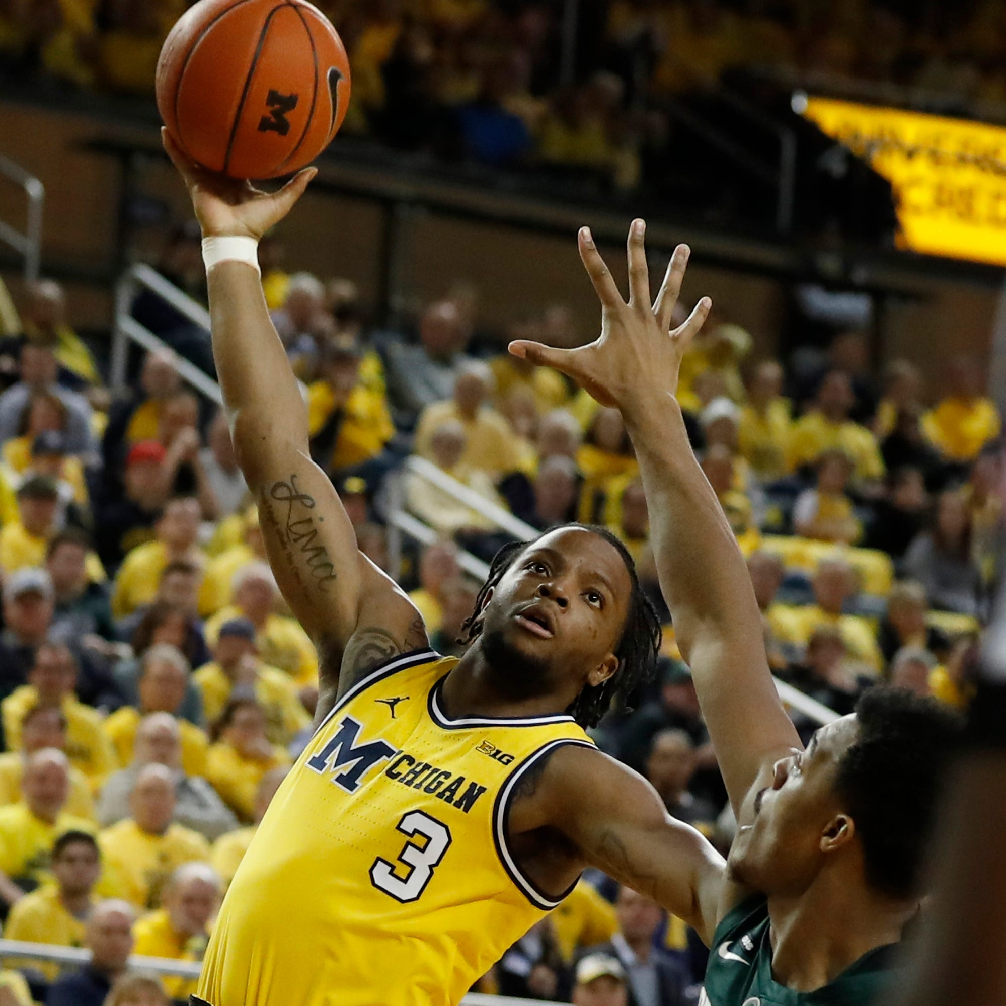 Michigan's Zavier Simpson gives new meaning to 'Captain Hook'