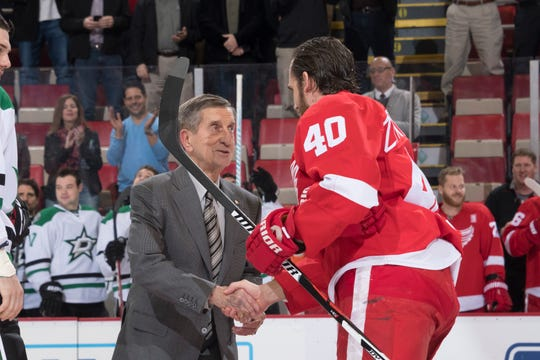 Ted Lindsay shakes hands with Henrik Zetterberg after performing a ceremonial puck drop before a game at Joe Louis Arena in 2016.