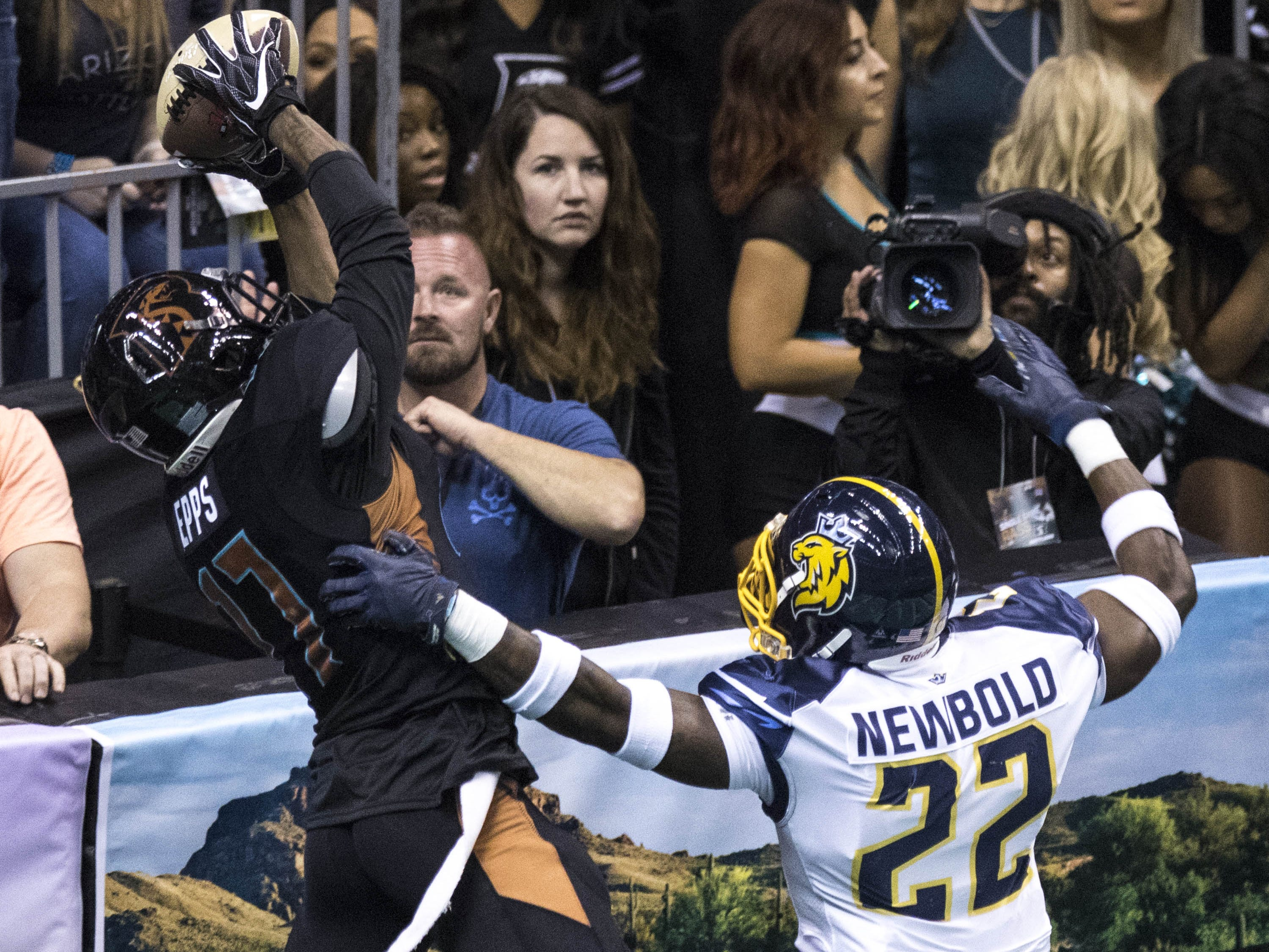Arizona Rattlers' Dezmon Epps (17) catches a touchdown pass against Cedar Rapids River Kings' La'Darius Newbold (22) during the first half of their game at Talking Stick Resort Arena in Phoenix, Sunday, March 3, 2019.