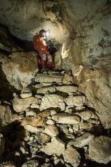 El arqueólogo Guillermo de Anda en la cueva de Chichen Itzá.