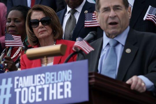 Jerrod Nadler (der.) dirige un discurso a lado de la líder de la mayoría demócrata de la Cámara de Representantes, Nancy Pelosi.