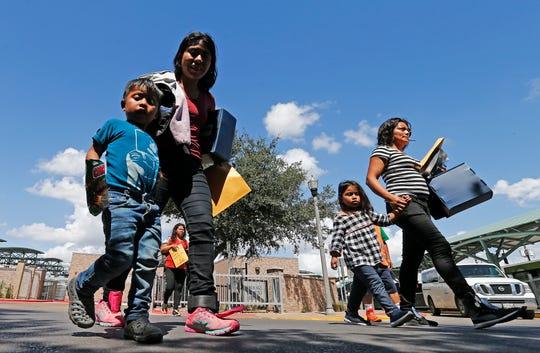Familias migrantes son procesadas en la Estación Central de Autobuses antes de ser trasladadas a Caridades Católicas.