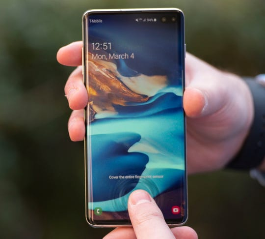 "Virtual ""ripples"" appear when you press down the on the fingerprint sensor on the Galaxy S10+."