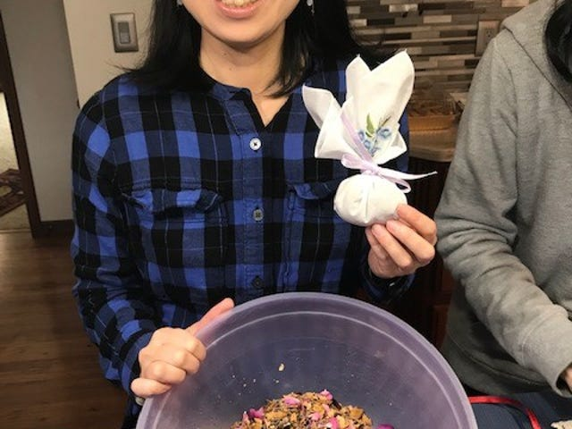 Nozomi Akatsuka, member of theRising Sun Friends, completed a handkerchief sachet using a small amount of potpourri from the blend in her bowl.