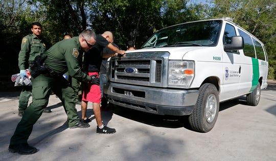Agentes de la Patrulla Fronteriza de Estados Unidos (USBP) detienen a varios hombres sospechosos de haber cruzado el Río Grande.