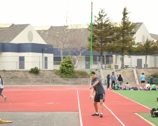Vicente Jordan Vanderlipe, alumno de segundo año de Everett Alvarez, ganó los 100 metros y el salto con garrocha.