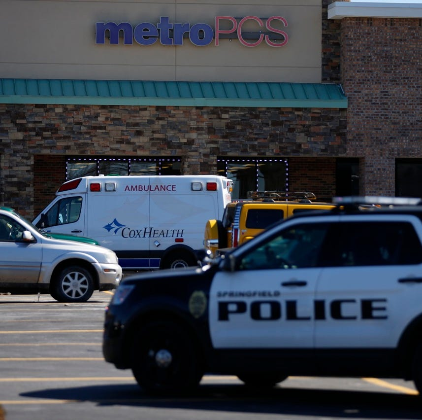 Police investigate scene at south Springfield shopping center