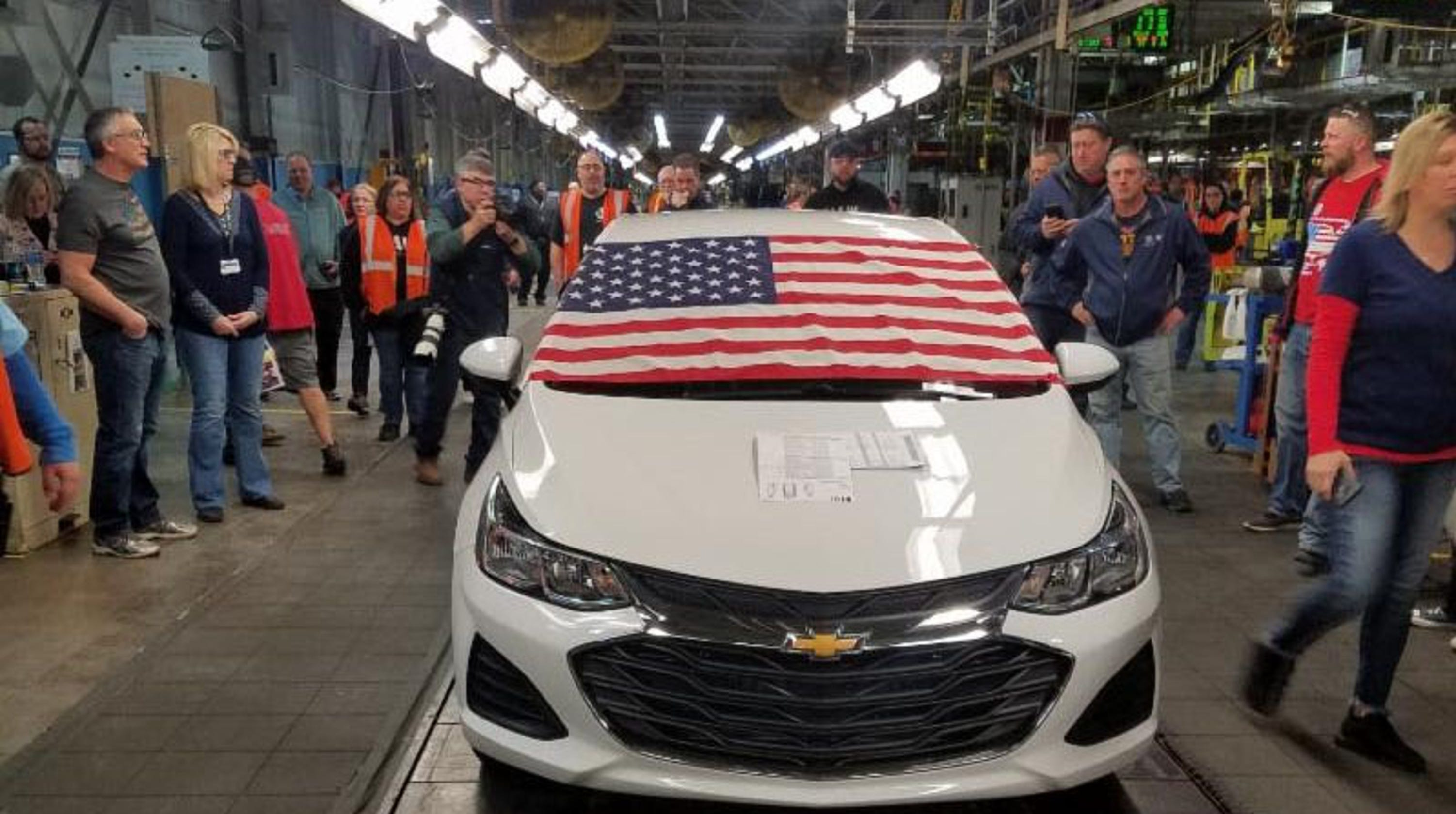 Last Chevy Cruze Rolls Off The Line At Lordstown Gm Plant