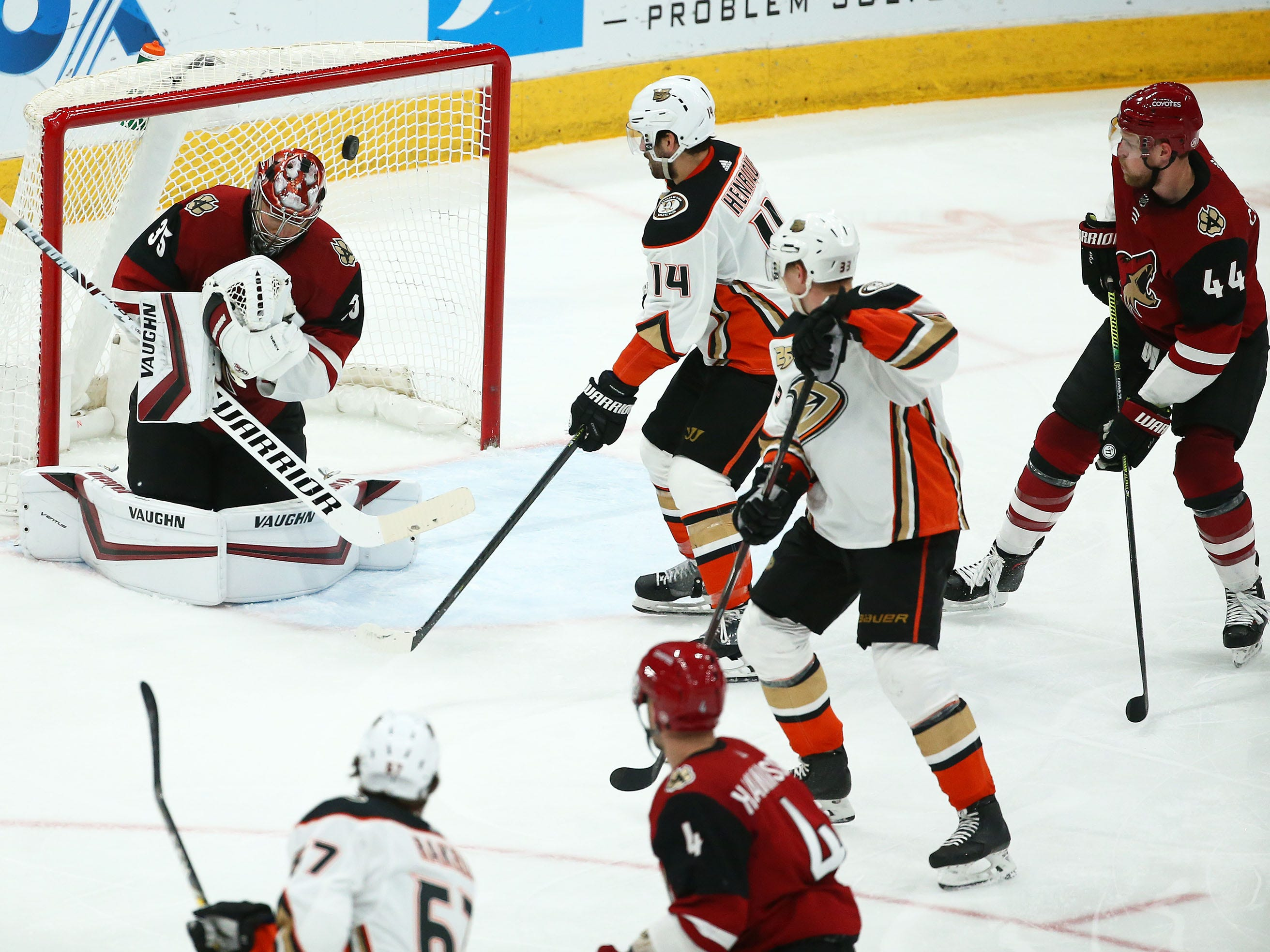 Anaheim Ducks center Adam Henrique (14) scores a goal against Arizona Coyotes goaltender Darcy Kuemper (35) in the third period on Mar. 5, 2019, at Gila River Arena in Glendale, Ariz.