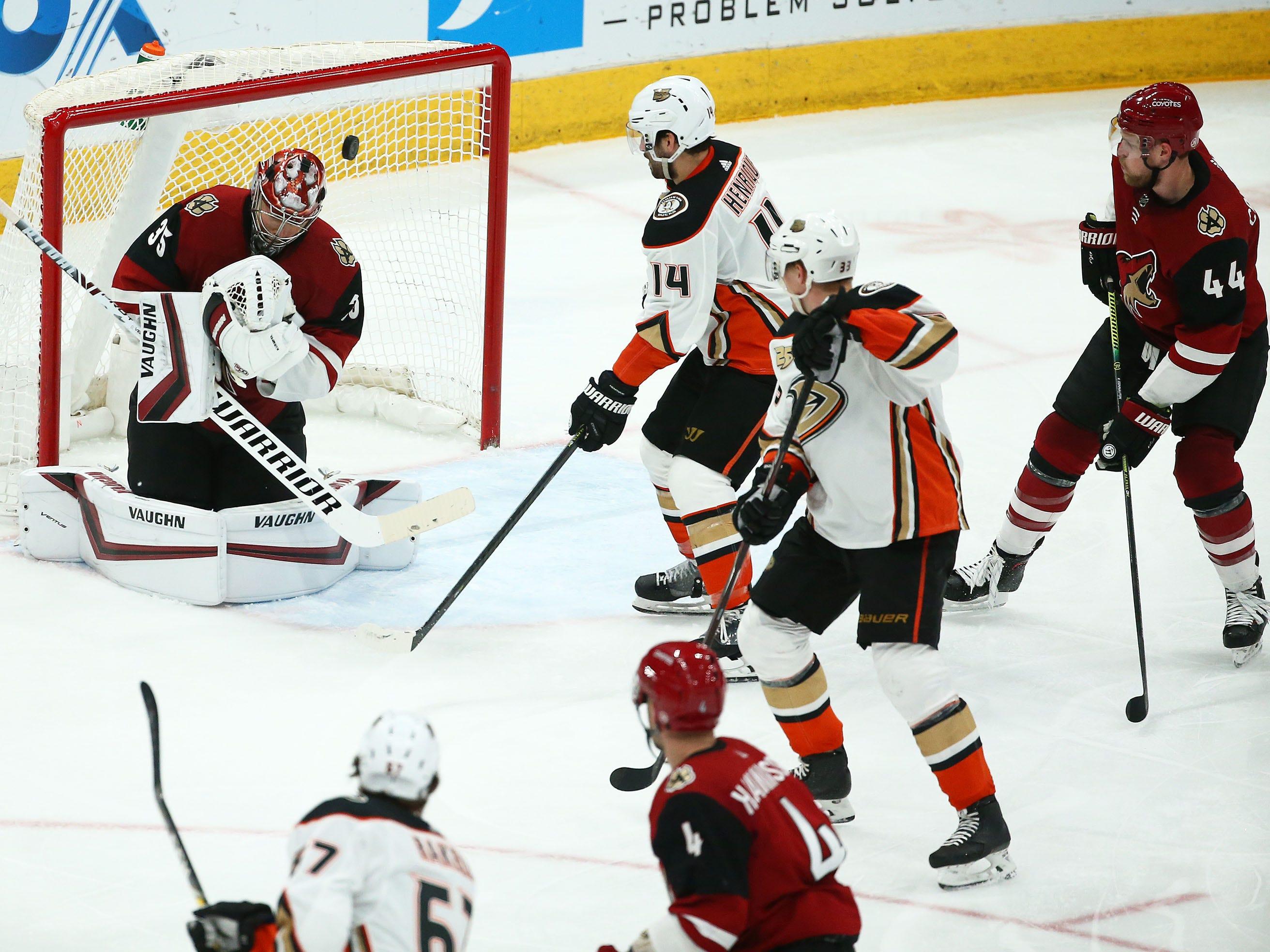 Anaheim Ducks center Adam Henrique (14) scores a goal against Arizona Coyotes goaltender Darcy Kuemper (35) in the third period on Mar. 5, 2019, at Gila River Arena in Glendale, Ariz.
