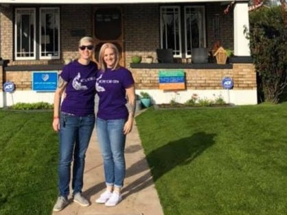 (L-R) Lindsay Owen and Libbie Miller stand outside their 1927 bungalow before the start of their neighborhood home tour. (Credit: Courtesy Owen/Miller)
