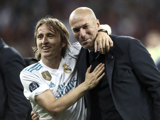 Zinedine Zidane (der.) junto al jugador croata Luka Modric.