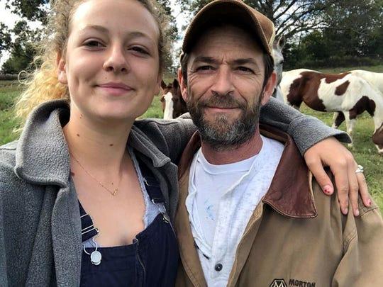 Sophie Perry (izq.) compartió una foto con su papá Luke Perry (der.), en la que ambos se ven sonrientes, parados en una especie de campo, con caballos en el fondo.