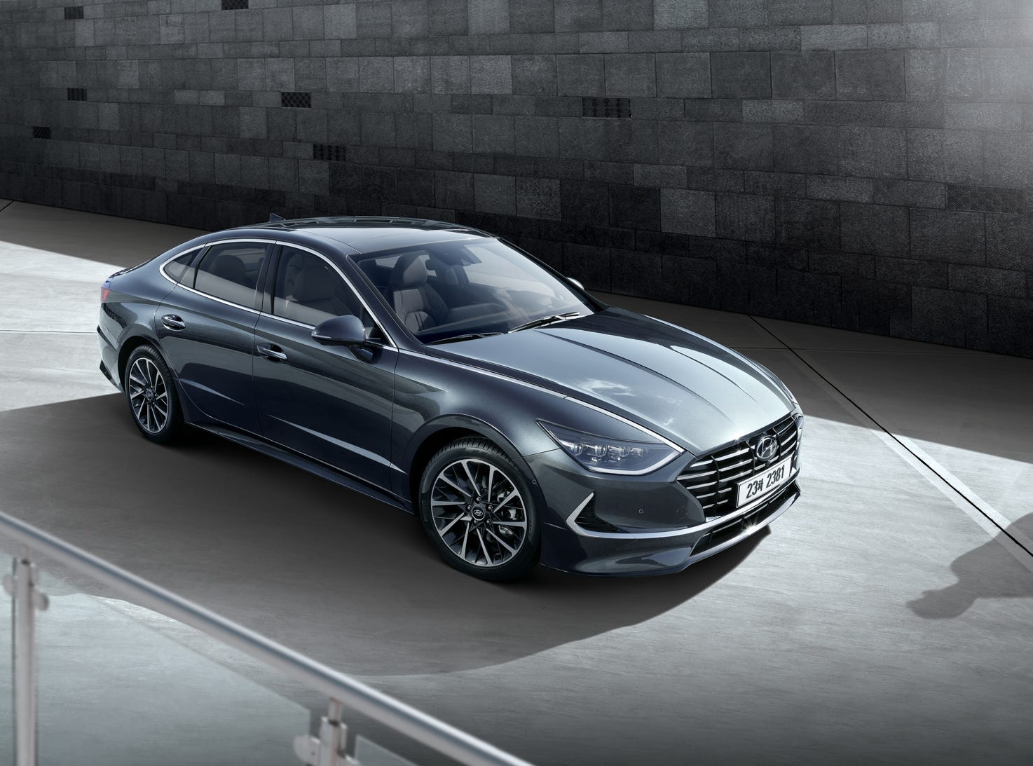 The new Sonata takes its inspiration from the Le Fil Rouge concept, which debuted at the 2018 Geneva International Motor Show. The new Sonata is lower, wider and longer than its predecessor.