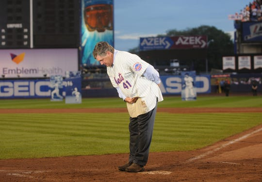 Tom Seaver bows after the final game at Shea Stadium on Sunday, Sept. 28, 2008.