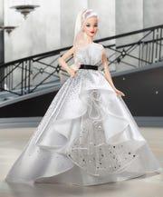 Fotografía cedida por Mattel donde aparece la muñeca Barbie vestida con un vestido blanco irisado y salpicado de lentejuelas plateadas con motivo de su 60 cumpleaños.