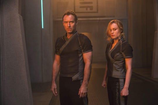 """Fotografía cedida por Marvel Studios donde aparece el actor Jude Law como líder de Starforce y la actriz Brie Larson en el doble papel de Captain Marvel/Carol Danvers, durante una escena de """"Captain Marvel""""."""