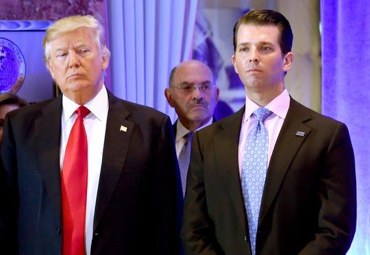 Allen Weisselberg es el hombre que en esta foto aparece en el centro, detrás del presidente Trump y su hijo, Así es de inadvertido.