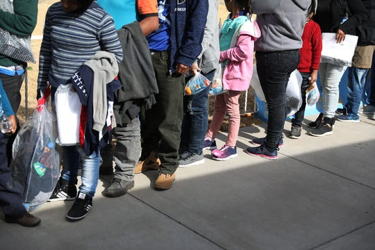 Migrantes hacen una fila en un centro de detención en El Paso, Texas.