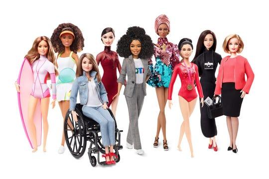 Fotografía cedida por Mattel donde aparece la serie del 60 aniversario de Barbie que muñecas inspiradas en mujeres reales (i-d) la surfista brasileña Maya Gabiera, la tenista japonesa Naomi Osaka, la ciclista alemana Kristina Vogel, la patinadora sobre hielo canadiense Tessa Virtue, la actriz y modelo estadounidense Yara Shahidi, la modelo británica Adwoa Aboah, la gimnasta india Dipa Karmakar, la artista visual china Chen Man, y la periodista autraliana Ita Buttrose.