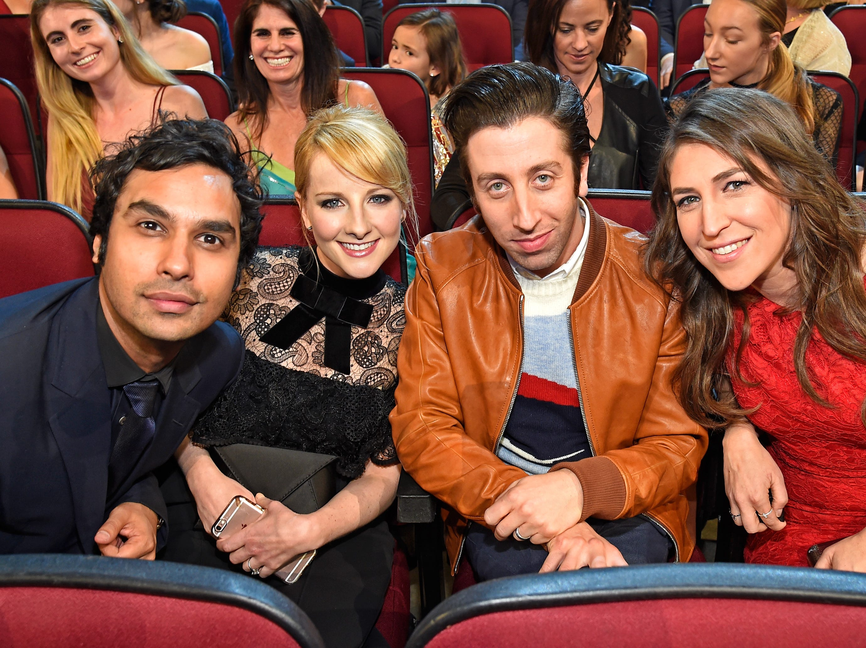 LOS ANGELES, CA - JANUARY 18:  (L-R) Actors Kunal Nayyar, Melissa Rauch, Simon Helberg, and Mayim Bialik attend the People's Choice Awards 2017 at Microsoft Theater on January 18, 2017 in Los Angeles, California.  (Photo by Kevin Mazur/WireImage) ORG XMIT: 692972273 ORIG FILE ID: 632027188