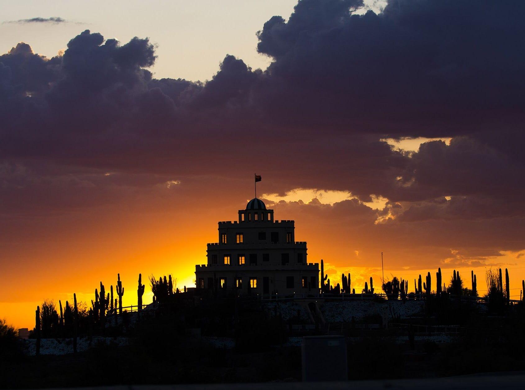 El sol se pone detrás del Tovrea Castle en Phoenix el 27 de marzo de 2017.