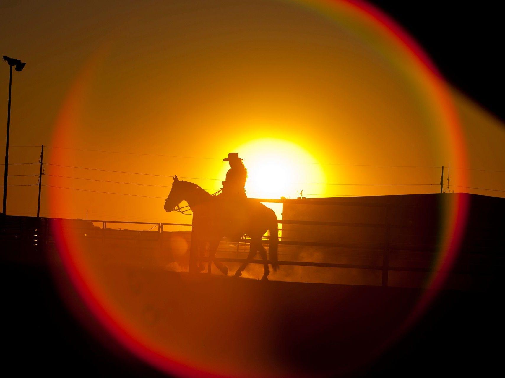 La reina adolescente de Rodeo, Codi Ross, practica su rutina en su caballo, Patrona, al atardecer antes de un rodeo en el Centro Ecuestre y de Eventos South Buckeye en Buckeye, AZ el 12 de octubre de 2013.