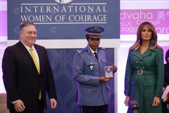 La Primera Dama de EEUU Melania Trump (der.) condecora a Moumina Houssein Darar en evento alusivo al Día Internacional de la Mujer