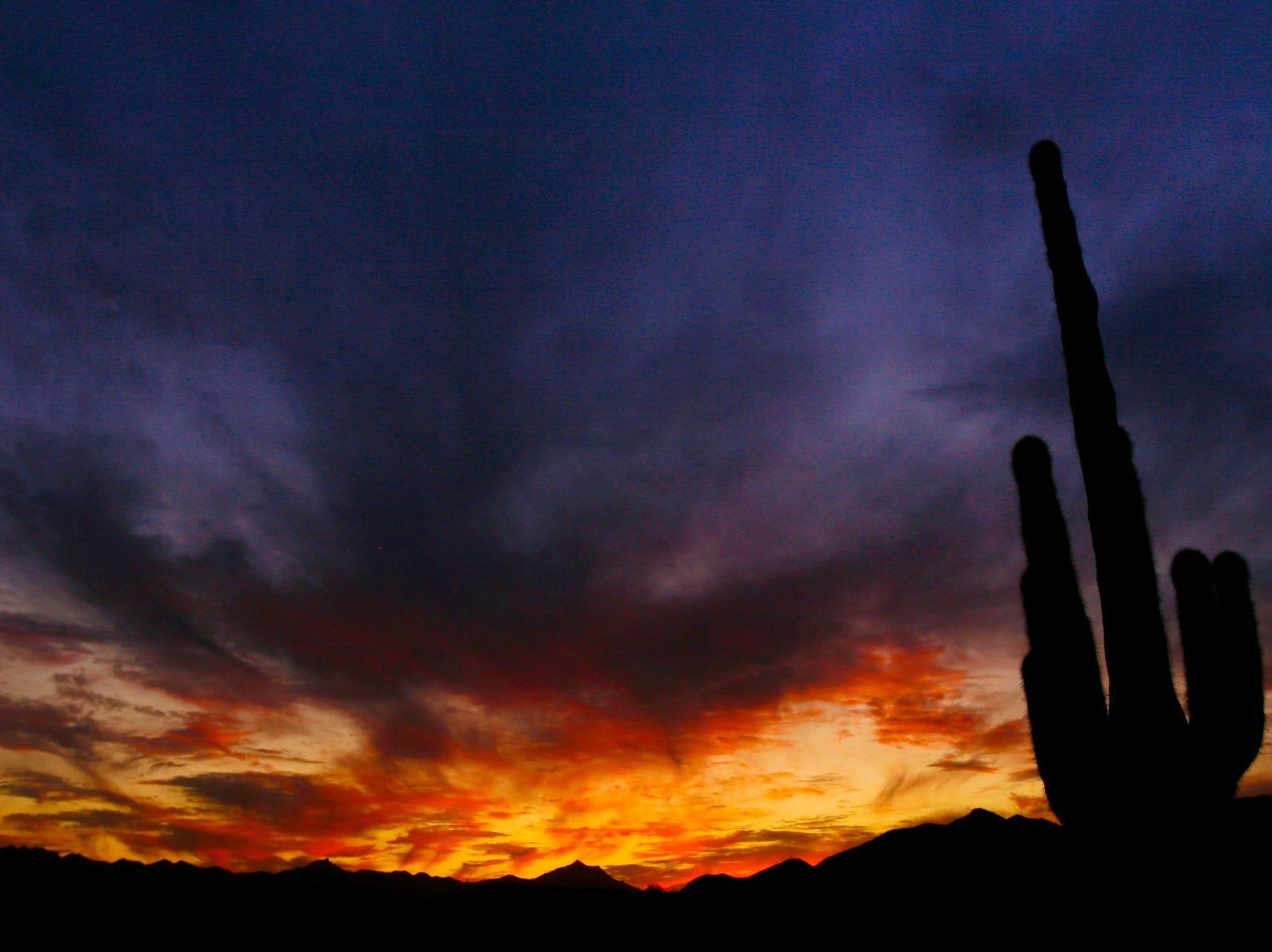 El sol se pone más allá de Estrella Mountains como se ve desde Ahwatukee el sábado 10 de octubre de 2009 en Phoenix.