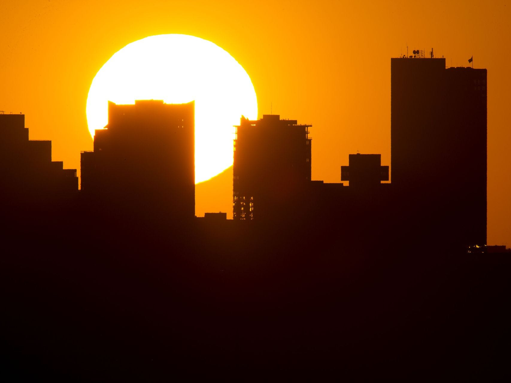 El sol se pone detrás del centro de Phoenix el 25 de junio de 2013.