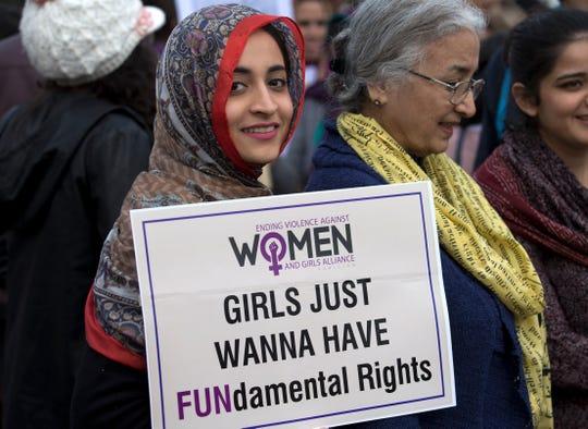 Una mujer paquistaní muestra un mensaje de protesta en el Día Internacional de la Mujer.