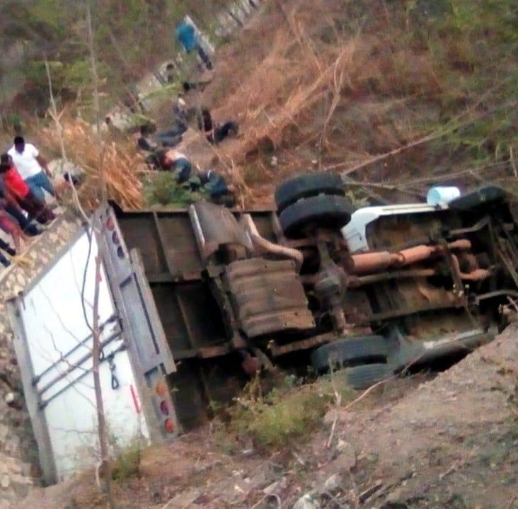 Mueren 25 migrantes al volcar camión en México