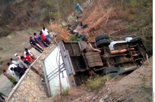 Según las indagatorias, el camión volcó a la altura de la colonia Francisco Sarabia.