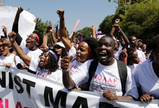 Em Kenia, mujeres y hombres exigen se respeten los derechos de las mujeres en África.