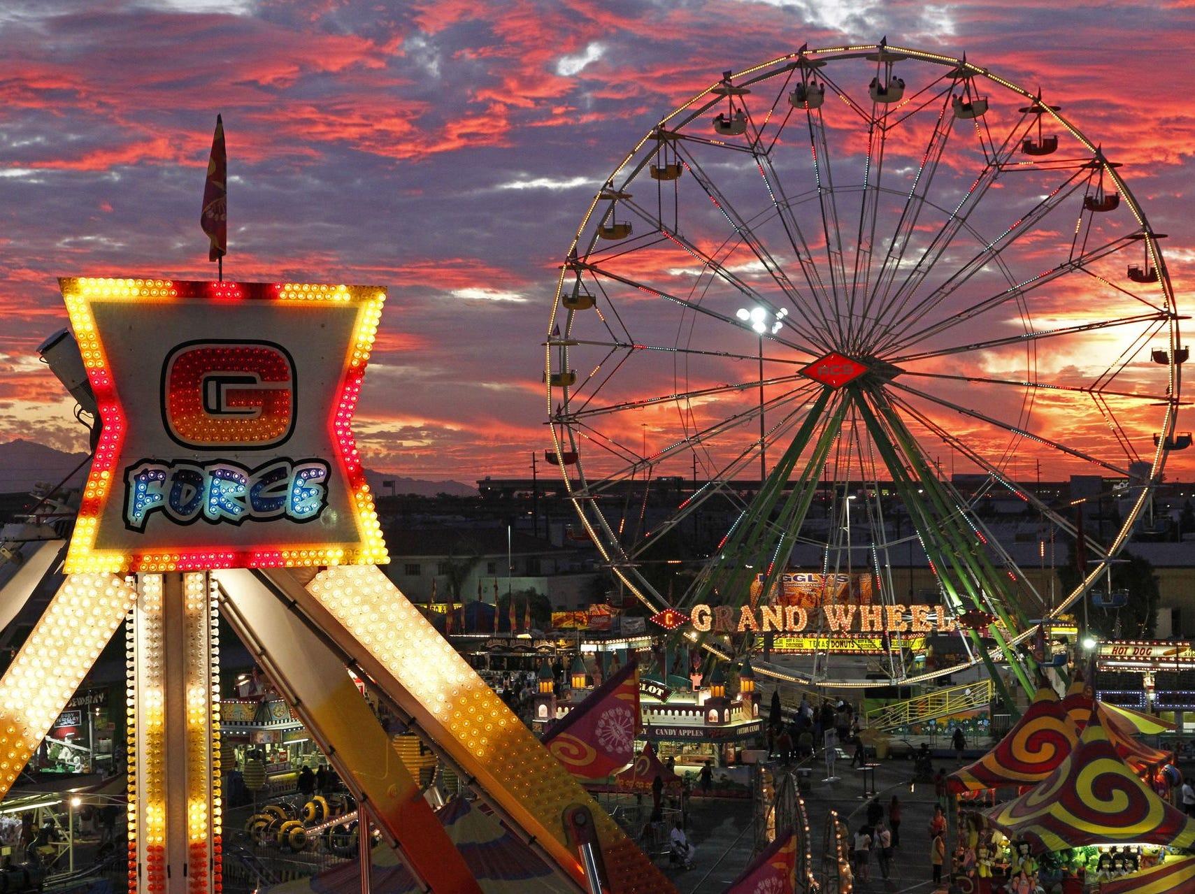 Puesta de sol en la Feria Estatal de Arizona en Phoenix, AZ.