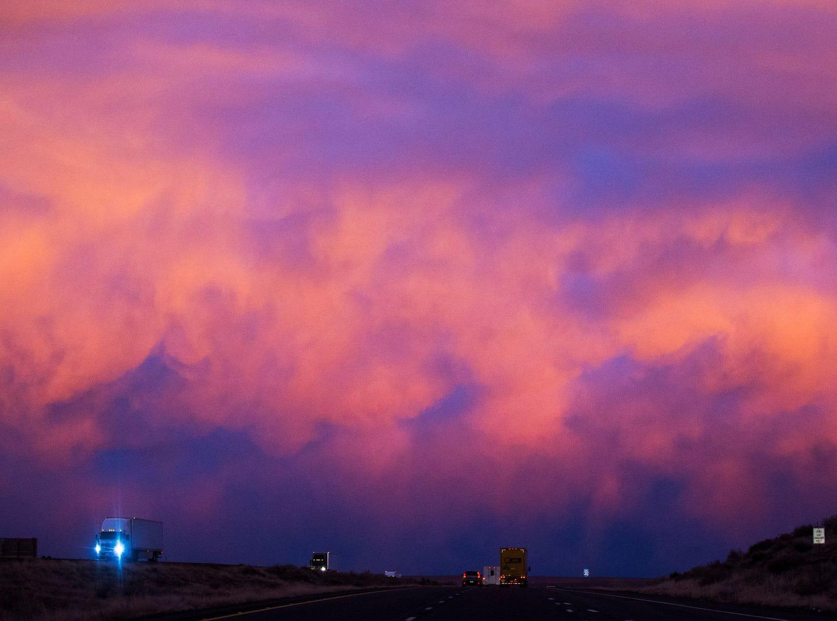 Los vehículos están iluminados por la puesta de sol mientras el tráfico pasa por debajo de la I-40 cerca de Sanders, Arizona, el 23 de febrero de 2017.